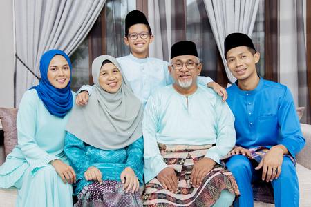 Glückliche muslimische Familie Standard-Bild
