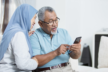 Senior couple checking the smartphone 版權商用圖片 - 123849334