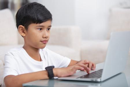 Boy using a laptop Banque d'images