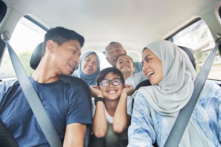 Famiglia in macchina per un viaggio Archivio Fotografico