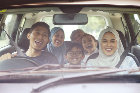 Happy family in a car Banque d'images