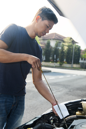 Man checking motor oil level Stockfoto