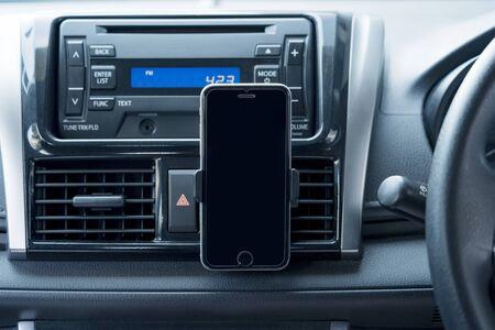 Interior del coche con un smartphone