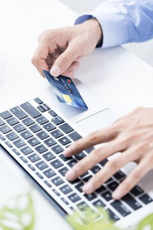 Man holding a credit card for online shopping 免版税图像