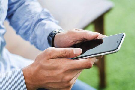 Man using mobile phone 免版税图像