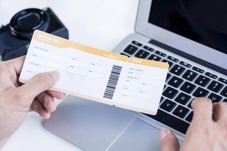 Homme avec carte d'embarquement faisant un enregistrement en ligne Banque d'images