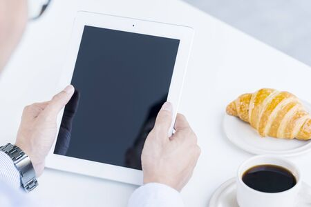Homme tenant un ordinateur tablette Banque d'images