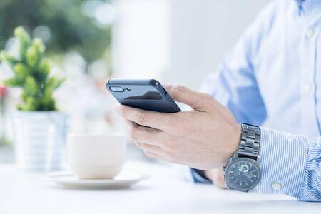 Man holding a smartphone 免版税图像