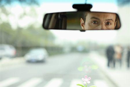 rear view mirror: Hombre de negocios que se refleja en el espejo retrovisor