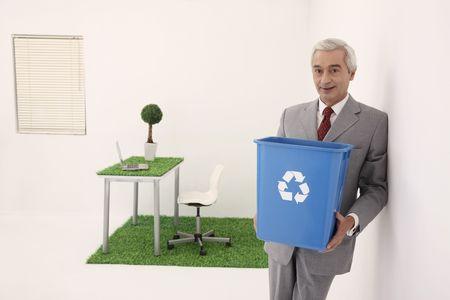 papelera de reciclaje: Empresario sosteniendo una papelera Foto de archivo