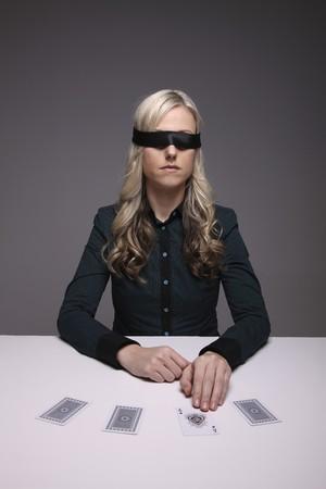 ojos vendados: Con los ojos vendados empresaria jugando con tarjetas Editorial