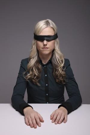ojos vendados: Con los ojos vendados empresaria