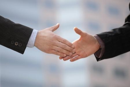 dandose la mano: Agitando las manos de hombres de negocios