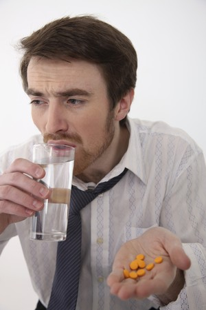 Hombre tomando medicamentos Foto de archivo - 6990912