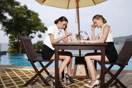 jugando ajedrez: Jugar al ajedrez por la piscina de empresarias