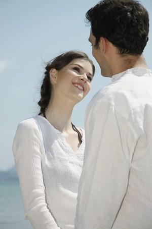ciascuno: Uomo e donna holding hands and guardando vicenda