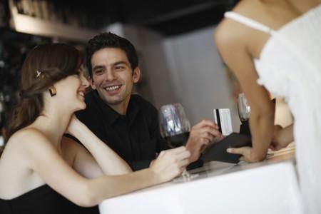 pagando: Hombre pagar la factura con tarjeta de cr�dito