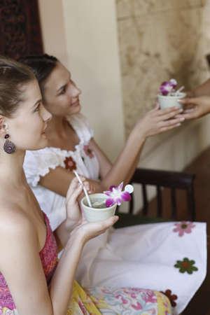tomando refresco: Representante de servicio al cliente que sirve t� para las mujeres