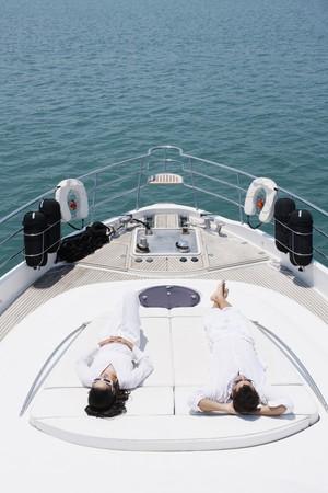 yachts: Paio di prendere il sole sul ponte di yacht  Archivio Fotografico