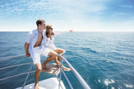 yachten: Paar entspannenden an der Spitze der yacht