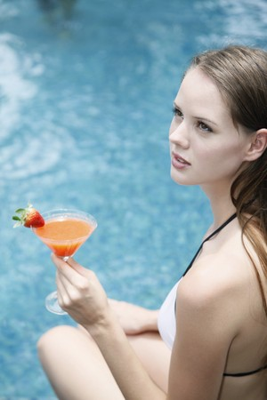 Femme d�tenant un verre de cocktail  Banque d'images - 7361958