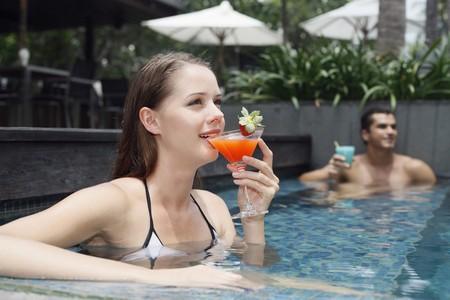 central european ethnicity: Hombre y mujer beber mientras relajarse en la piscina