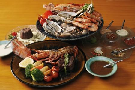owoce morza: Owoce morza — twardym talerzu, homara i czekolady ciastko