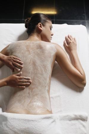 tratamientos corporales: Mujer recibir Masaje espalda con matorrales de coco