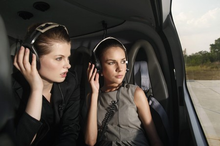 Mujeres empresarias con auriculares en helicóptero  Foto de archivo - 7445927