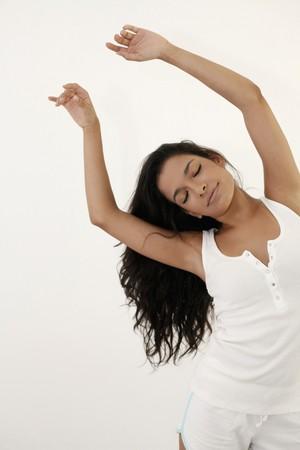 eyes closing: Mujer de elevar sus brazos y cerrar de ojos  Foto de archivo