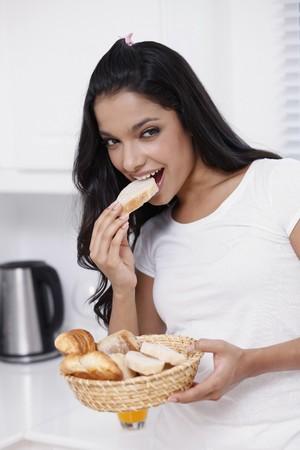 comiendo pan: Mujer comiendo pan