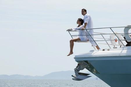 yachts: Coppia rilassante sulla punta dello yacht  Archivio Fotografico