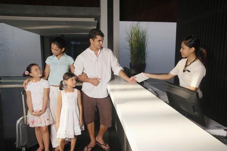 gastfreundschaft: Familie, die im Resort Einchecken