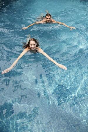 central european ethnicity: Hombre y mujer nadando en la piscina