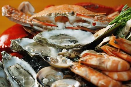 ostra: Plato de mariscos con ostras de rock de sydney, cangrejo azul y negro, langosta, tigre gambas, mejillones, almejas y berberechos  Foto de archivo