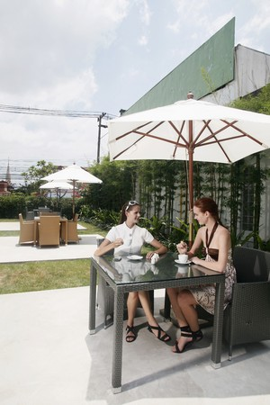 central european ethnicity: Mujeres tienen caf� juntos al aire libre
