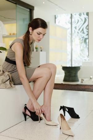 tacones: Mujer tratando sobre tacones altos