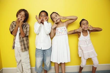 caras chistosas: Ni�os y ni�as haciendo caras graciosas  Foto de archivo