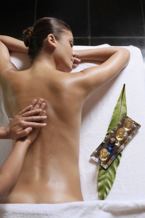 oil massage: Femme recevant un massage du dos  Banque d'images