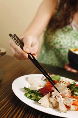comida japonesa: Mujer tener comida japonesa