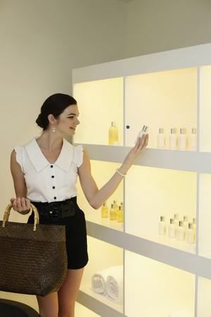 produits de beaut�: Femme, achats de produits de beaut� Banque d'images
