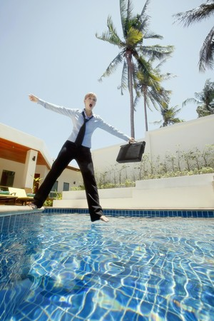 imbalance: Zaken vrouw vallen in zwembad