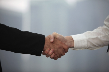 estrechando manos: Agitando las manos de hombres de negocios