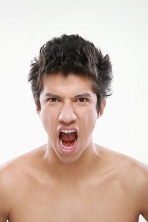 hombres sin camisa: Hombre enojado con la boca abierta