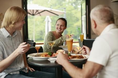 restaurante italiano: Hombres y una mujer almorzar juntos  Foto de archivo