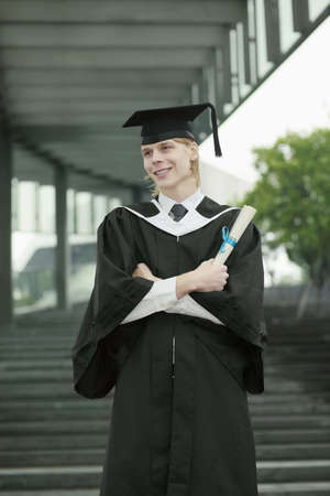 robe de graduation: L'homme en robe de graduation de d�filement de maintien Banque d'images