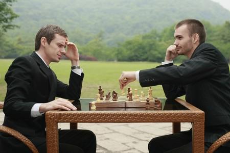 jugando ajedrez: Empresarios jugando al ajedrez al aire libre