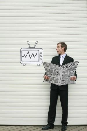 reading newspaper: Businessman reading newspaper