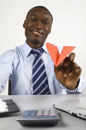 papierflugzeug: Kaufmann mit Papierflugzeug spielen