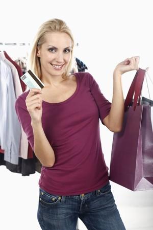 belarusian ethnicity: Mujer sosteniendo bolsas de compra y la tarjeta de cr�dito  Foto de archivo